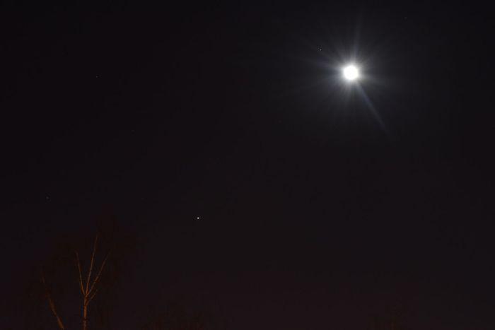 Юпитер и Луна на вечернем небе 20 марта 2016 г.