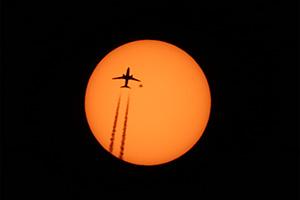 Пролёт самолёта и гигантское пятно 2529 на Солнце