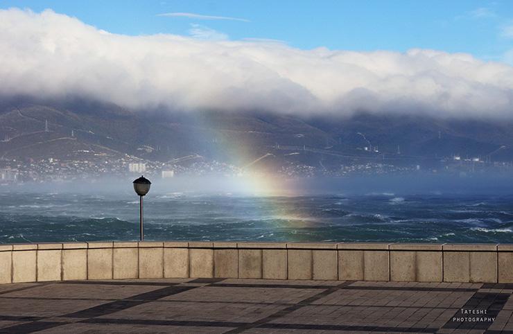 Фрагмент радуги на фоне облачной шапки, висящей над горным хребтом вблизи Новороссийска 25.10.2014 г.